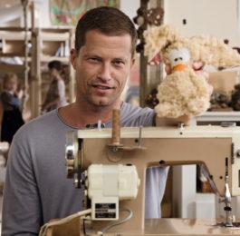 Тиль Швайгер за швейной машинкой